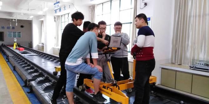 石家庄铁道大学的学生在学习安博格小车操作
